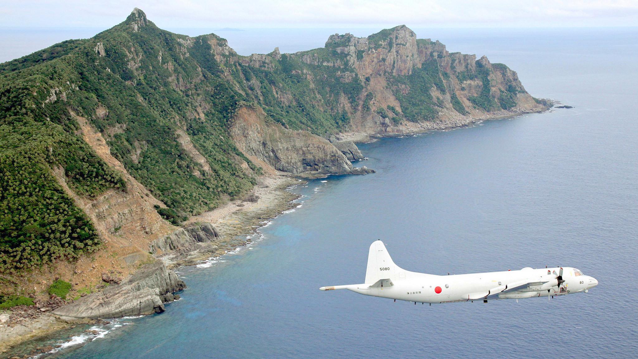 A Japanese surveillance plane flies over one of the disputed Senkaku Islands. 13 October, 2011.  Photo: Chính Dang-Vu (published under fair use policy for intellectual non-commercial purposes)